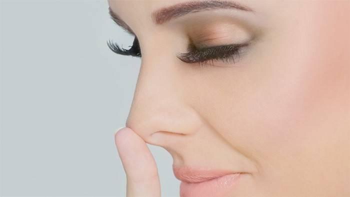 У женщины чешется нос