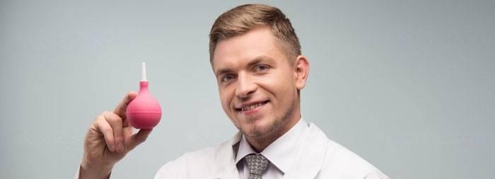 Медицинский работник проводит процедуру клизмирования