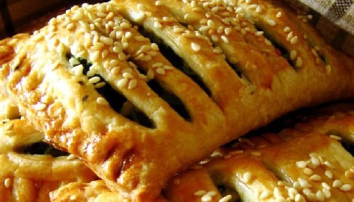 Слоеные пирожки с сыром и щавелем