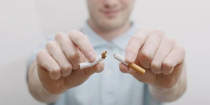 Мужчина отказывается от курения