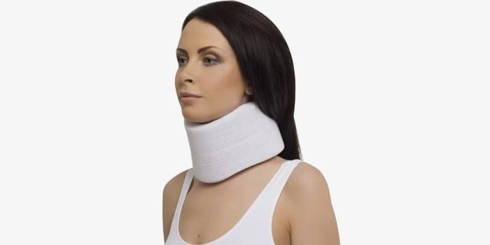 Специальный воротник при болезни шеи