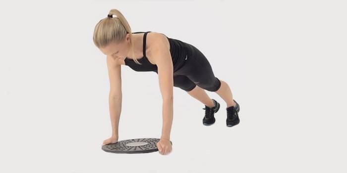 Девушка делает упражнение для рук