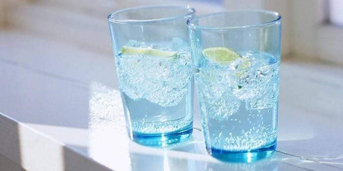 Стаканы прохладной воды с лимоном