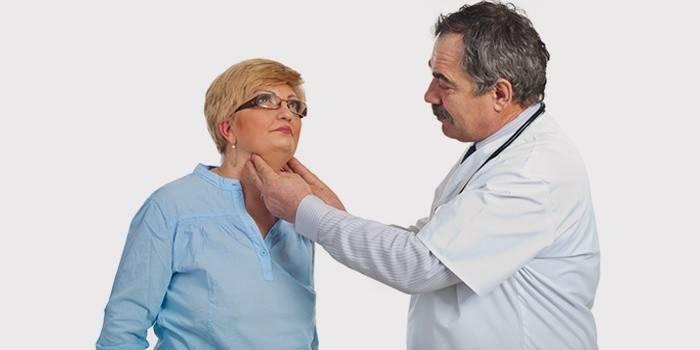 Врач осматривает шею женщины