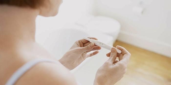 Девушка проверяет тест на беременность