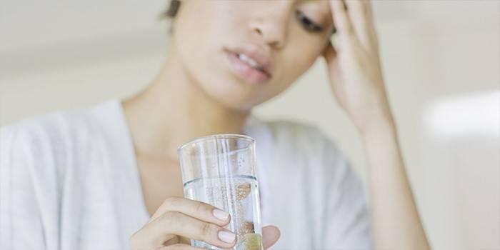 Девушка держит стакан с содой
