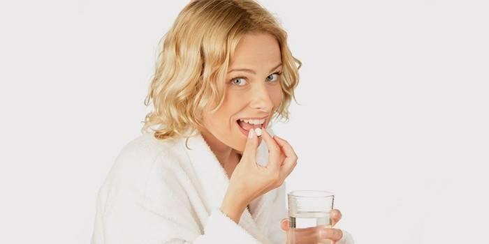 Девушка пьет гормональные таблетки