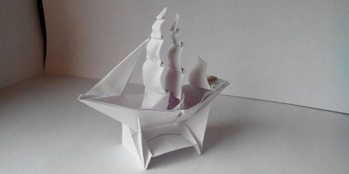 Кораблик из бумаги с парусом