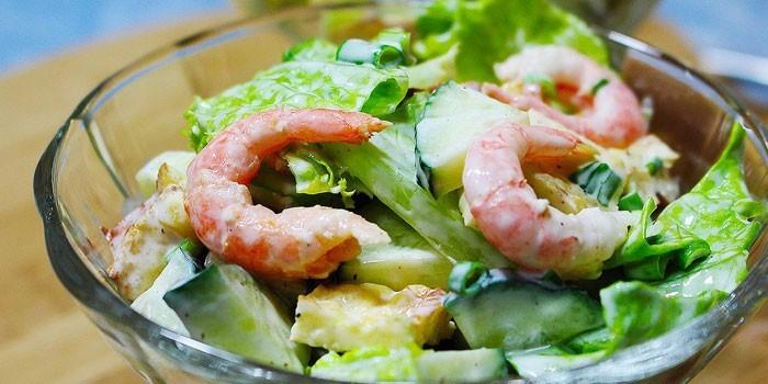 Салат со свежими огурцами и креветками