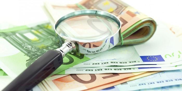 Евро и увеличительное стекло