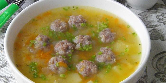 Рисовый суп в тарелке