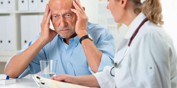 Пожилой мужчина на консультации у врача