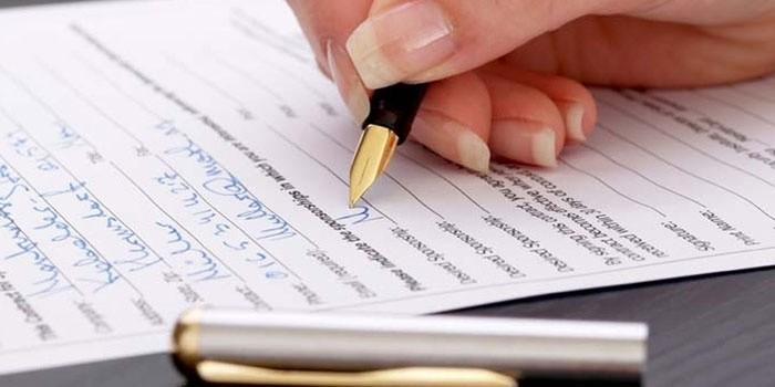 Человек пишет
