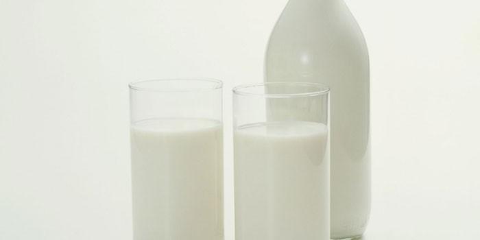 Кефир в стаканах и бутылке