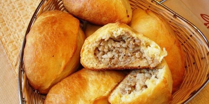 Пирожки из дрожжевого теста с мясной начинкой
