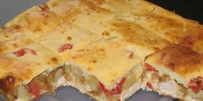 Пирог с начинкой из помидоров, куриного мяса и картошки