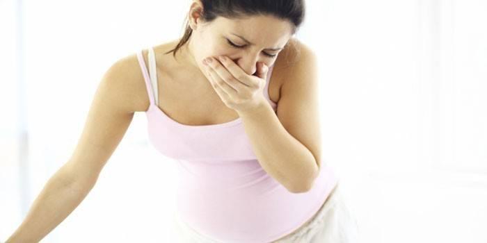 Беременная женщина прикрывает рот рукой