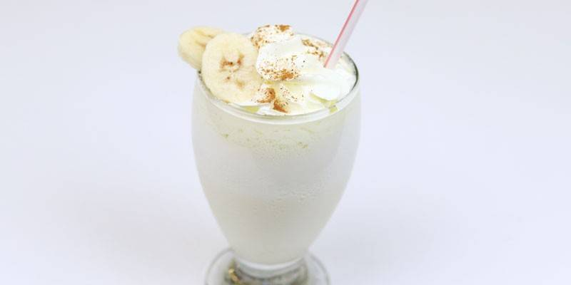 Напиток с бананом и печеньем