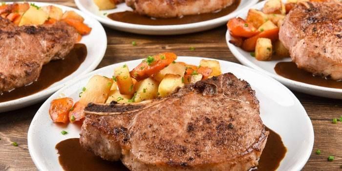 Мясо на косточке с овощами