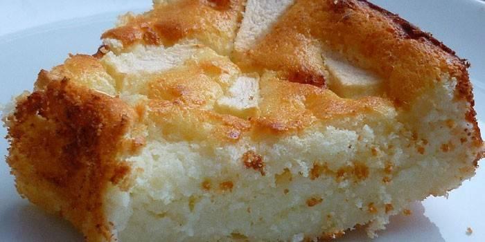 Кусочек запеканки с яблоками из творожного теста с манкой