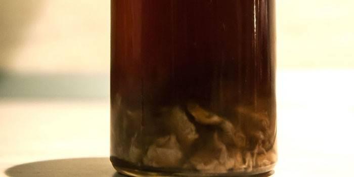 Бутылка с настойкой золотого корня на водке