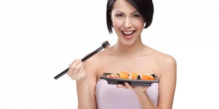 Девушка ест роллы