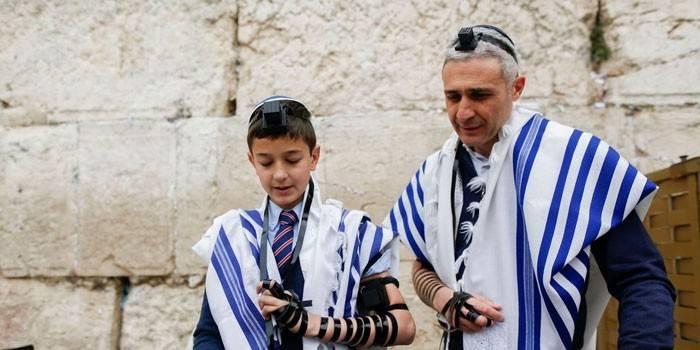 Мужчина и мальчик молятся