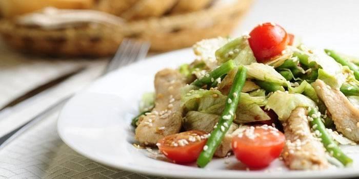 Салат с курицей и зеленой стручковой фасолью
