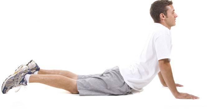 Мужчин выполняет упражнение Кобра