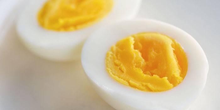 Две половинки вареного яйца