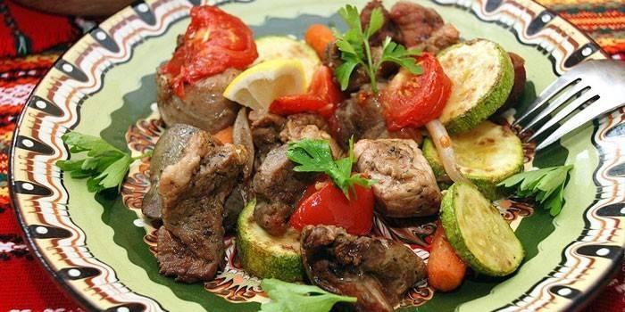 Овощи, запеченные с кусочками свинины