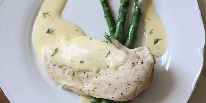 Приготовленная на пару куриная грудка с соусом