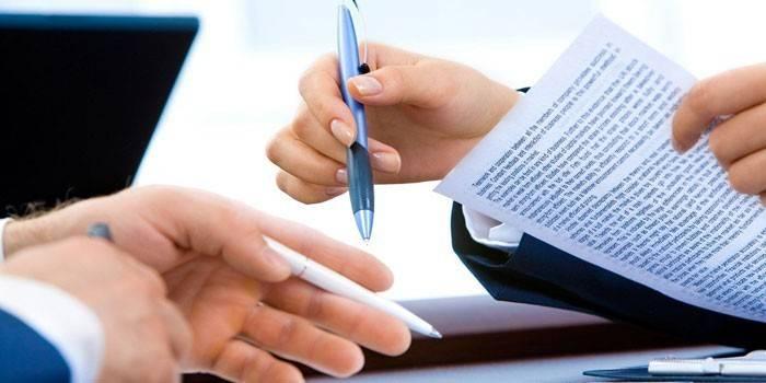 Мужчина и женщина работают с бумагами