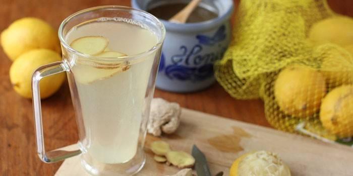 Имбирно-лимонный напиток в чашке