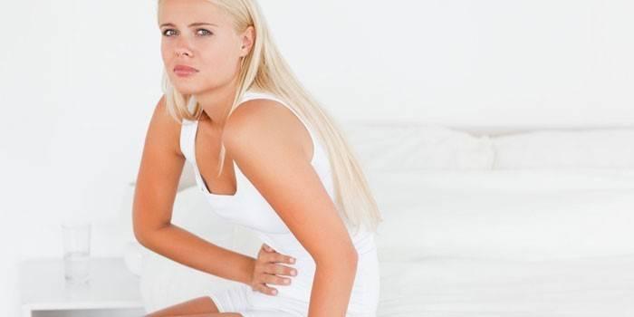 У девушки сильные боли в эпигастральной области