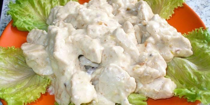 Кусочки куриного филе в сметанном соусе