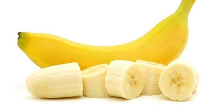 Кусочки банана и целый банан