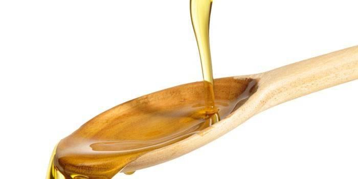 Масло в деревянной ложке