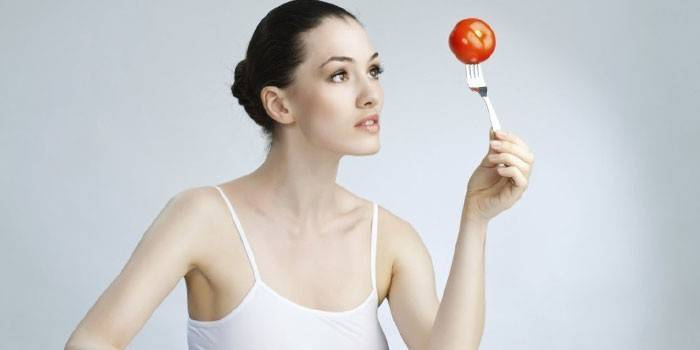 Девушка с помидором