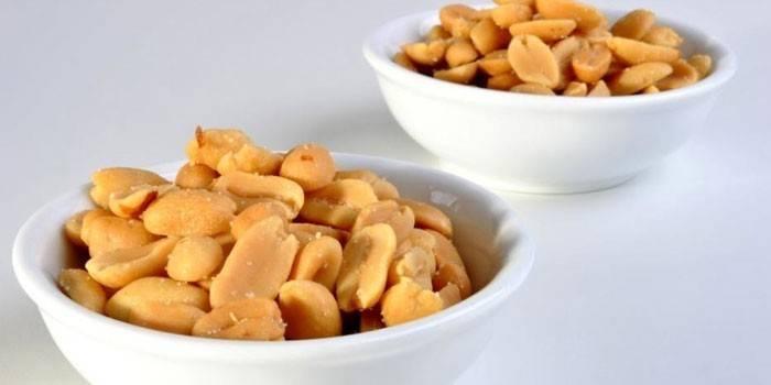 Очищенный арахис в тарелках