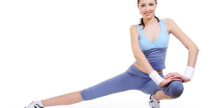 Девушка выполняет упражнения на растяжку