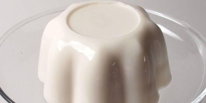 Готовое желе из миндального молока на тарелке