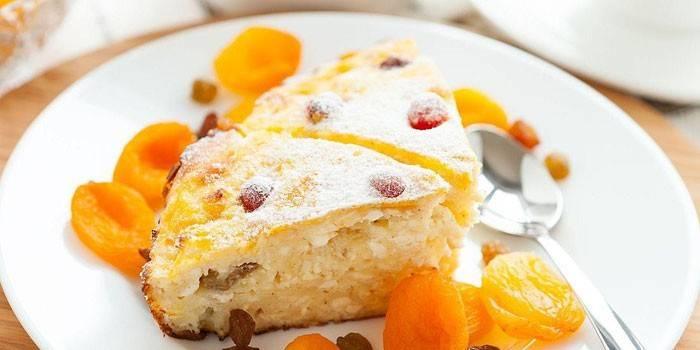 Творожный пирог с ягодами и сухофруктами