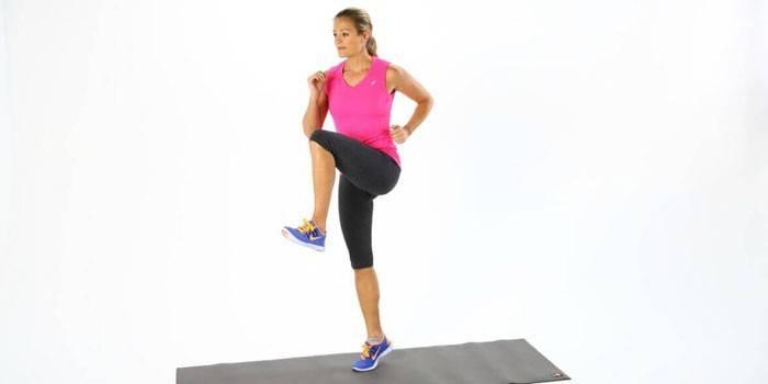 Девушка бегает на месте высоко поднимая колени