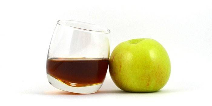 Кальвадос в бокале и яблоко