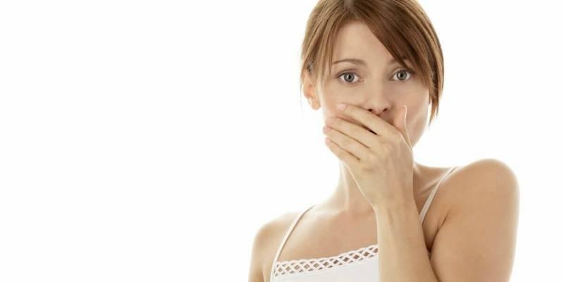 Приступ тошноты у девушки