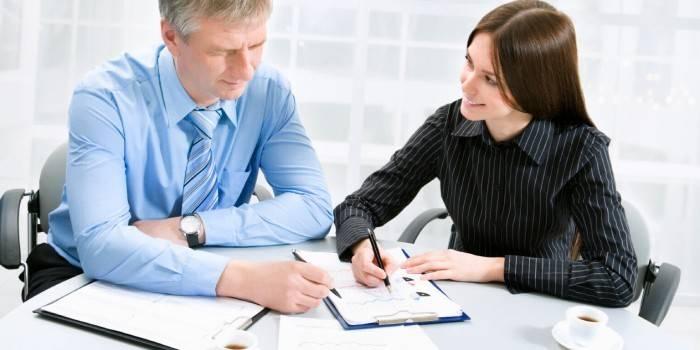 Мужчина и женщина на рабочем месте