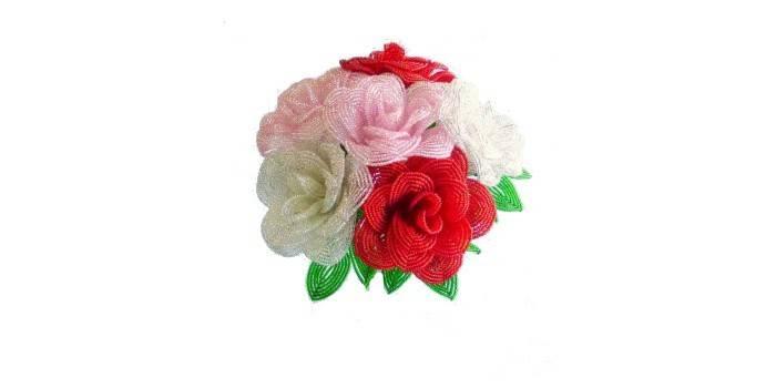 Букет из больших роз из бисера