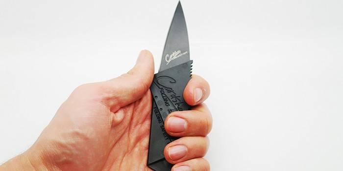 Разложенный нож-кредитка в руке