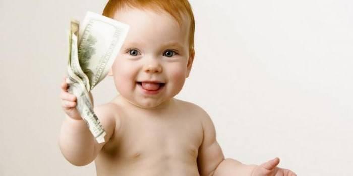 Маленький ребенок с деньгами в руке
